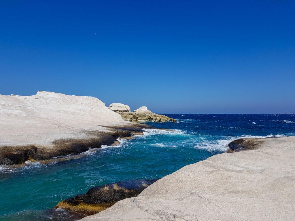 החוף המפורסם סאראקיניקיו באי מילוס יוון