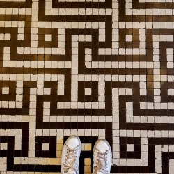 רצפת הכניסה למוזאון